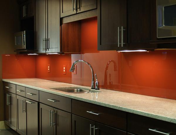 Dùng kính màu ốp bếp để trang trí hợp phong thủy